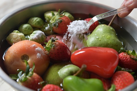 Cleaning fruits and vegetables with baking soda