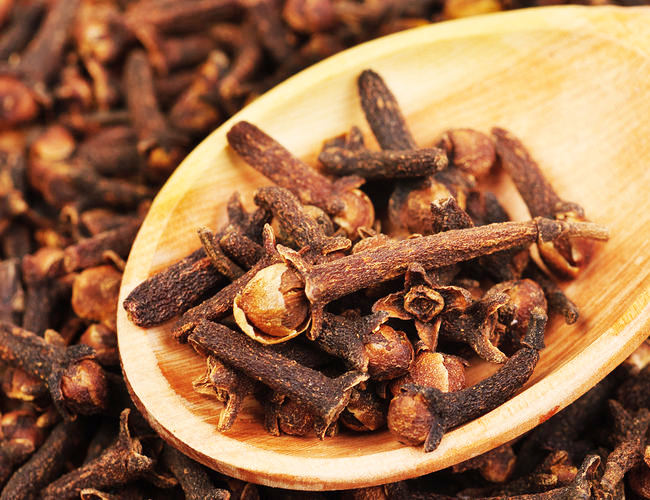 Cloves-to-Treat-Vomiting-in-Children